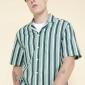 对度假感溢出来的翻领衬衣经过提炼的条纹模式特征